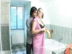 Porn: बुड्ढी औरत, स्नान करते हुए