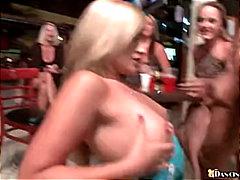 Porno: Striptizerka, Thithje, Në Ndeja, Ajo E Veshur