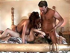 Porno: Grup De Tres, Dona Amb Consolador Cinturó, Pits Grossos, Masturbació