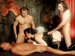 Porno: Darmadağın, Lateks, Təbii Döşlər, 4Nəfər