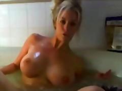 포르노: 풍부한 가슴, 옷벗기, 목욕, 웹캠