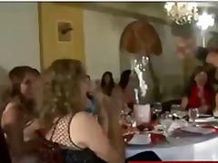 جنس: نساء كاسيات ورجال عراه, استراق النظر, حفلة