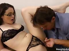 Porno: Mësuesja, Me Syze