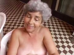პორნო: ბებია, სათამაშო, სპერმის ამონთხვევა