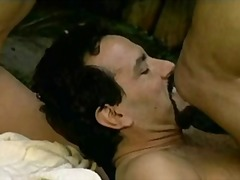 جنس: إمرأتان ورجل, شرجى, قضيب جلد, غريب جداً