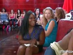 جنس: نساء كاسيات ورجال عراه, رقص, مص, حفلة