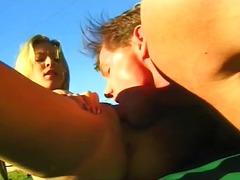 Porno: Lauke, Blondinės