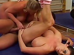 Porno: Threesome, Cicëmadhet, Punë Me Cica