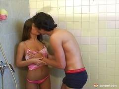 פורנו: ציצים, מקלחת, עירום, פרועות