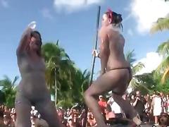جنس: في العلن, حفلة, مراهقات, سكارى