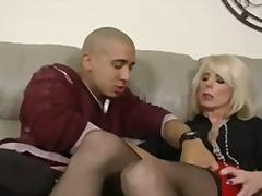 Porno: Mātes, Milzīgi Pupi, Blondīnes, Bagātās 40 Gadnieces