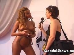 Porno: Böyük Döşlər, Pozalar, Sarışın, Striptiz