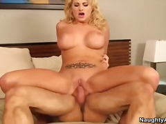 Porno: Blondinės, Ji Smauko, Speneliai, Krūtys