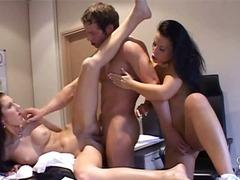 Porno: Kolmekesi, Kontoris, Lakkumine
