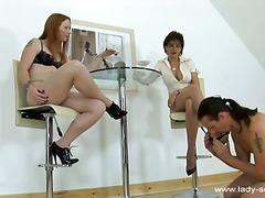 جنس: إمرأتان ورجل, نساء مسيطرات, تستمنى زبه بيدها, وسخ