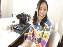جنس: في العلن, يابانيات, مداعبة, تستمنى زبه بيدها