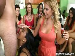 جنس: حفلة, نساء كاسيات ورجال عراه, كس مشعر, تستمنى زبه بيدها