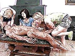 جنس: نساء كاسيات ورجال عراه, خلع الملابس, في العلن