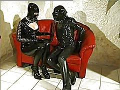 جنس: ملابس جلدية لامعة, القذف, تستمنى زبه بيدها